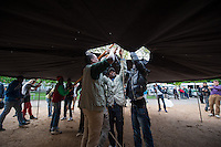 2014/04/23 Berlin | Flüchtlinge | Aufbau Infozelt