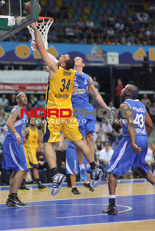30.04.2011, Ballsporthalle, Frankfurt, GER, BBL, 1. Play Off, Halbfinale, Deutsche Bank Skyliners vs Alba Berlin im Bild Yassin Idbihi (Forward/Center ALBA #34), Dominik Bahiense de Mello (Guard Skyliners #5) und Roger Powell (Forward Skyliners #43) Foto © nph / Roth
