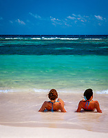 Dominikanische Republik, Isla Saona, Laguna Canto de la Playa - 2 junge Frauen liegen am Strand im Wasser   Dominican Republic, Saona Island, Laguna Canto de la Playa, 2 young woman lying on the beach in the water