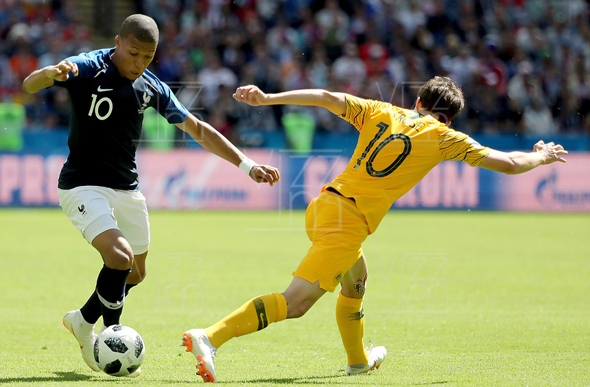 KAZAN - RUSIA, 16-06-2018: Kylian MBAPPE jugador de Francia disputa el balón con Robbie KRUSE jugador de Australia durante partido de la primera fase - Grupo C, Kazan Arena en Kazán como parte de la Copa Mundo FIFA 2018 Rusia. / Kylian MBAPPE player of France vies for the ball with Robbie KRUSE player of Australia during match of the first stage - Group C, Kazan Arena in Kazan as part of the 2018 FIFA World Cup Russia. Photo: VizzorImage / Julian Medina / Cont