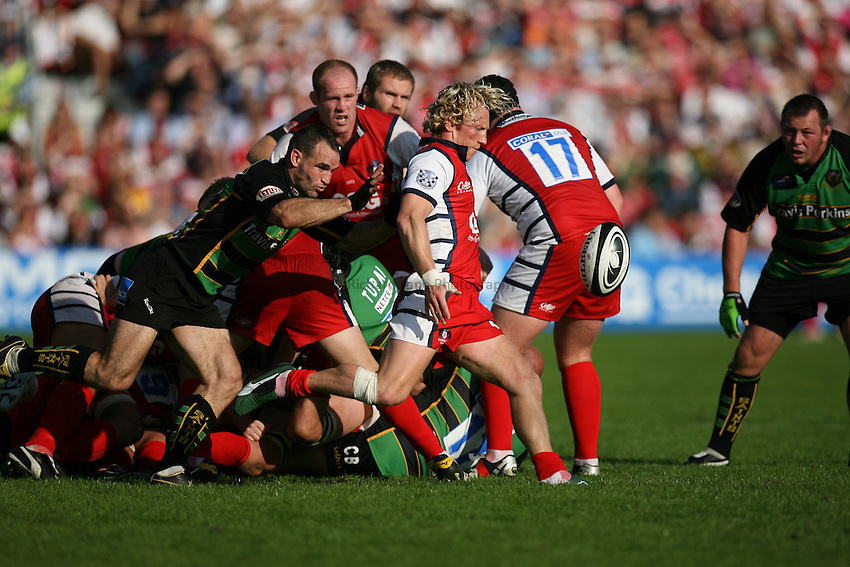 Photo: Rich Eaton...Gloucester Rugby v Northampton Saints. Guinness Premiership. 23/09/2006. Scrumhalf of Northampton, Mark Robinson, left, attempts to tackle Gloucester's Pete Richards as he kicks.