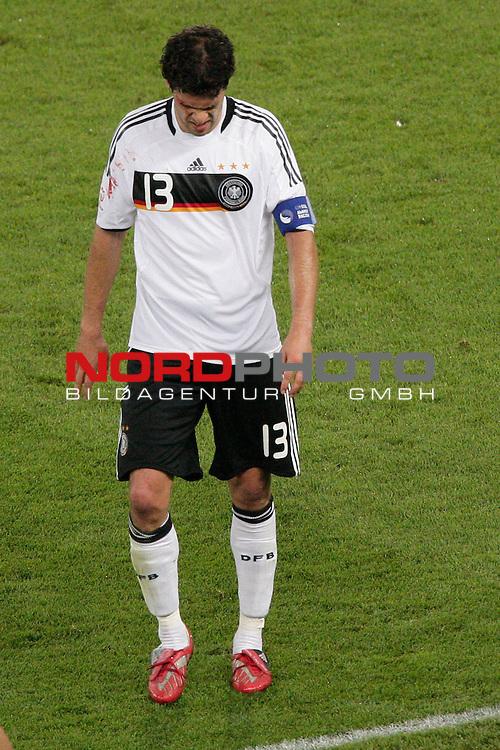 UEFA Euro 2008  Finale<br /> <br /> Vienna - Ernst Happel Match 32<br /> Deutschland ( GER ) - Spanien ( ESP )<br /> <br /> Michael Ballack (Germany / Mittelfeldspieler / Midfielder /  Chelsea London #13) wird von Mannschaftsarzt Dr. Meyer Wohlfarth an der Seitenlinie behandelt - er hat sich am Auge verlett und blutet<br /> <br /> Foto &copy; nph (  nordphoto  )<br /> <br /> <br /> <br />  *** Local Caption ***