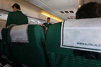 Assistenti di volo al lavoro su un aereo Alitalia