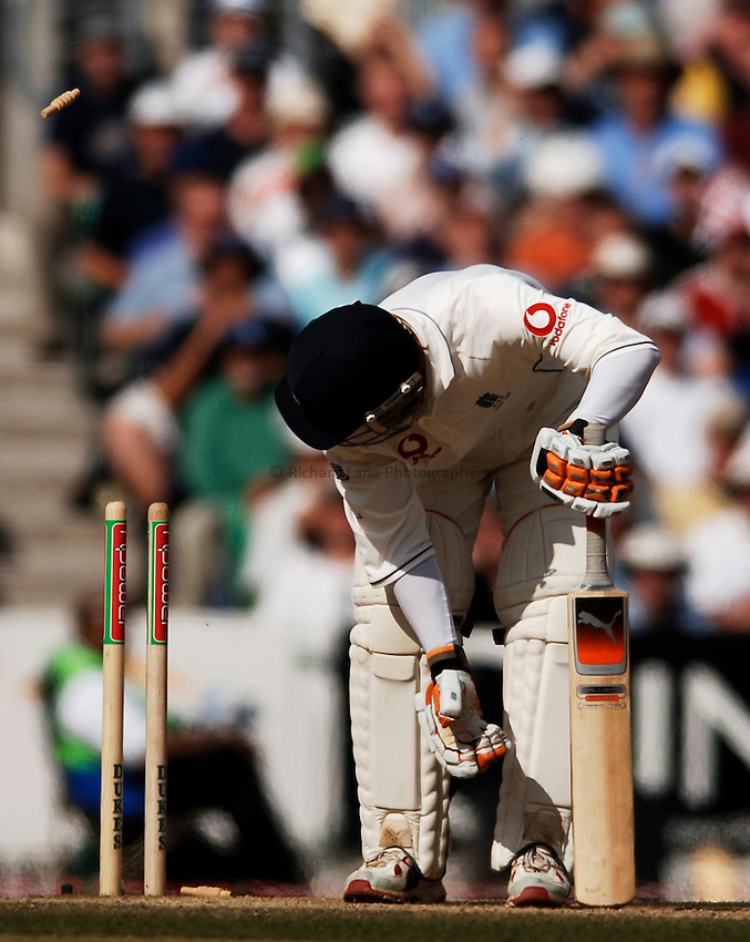 Photo: Glyn Thomas..England v Australia. nPower Test Series. The Ashes 2005..12/09/2005..England's Geraint Jones is bowled by Glenn McGrath.