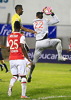 FLORIDABLANCA - COLOMBIA -14 -02-2016: Marcos Aguirre (Izq.) jugador de Atletico Bucaramanga disputa el balón con Andres Castellanos (Der.) portero de Independiente Santa Fe, durante partido entre Atletico Bucaramanga e Independiente Santa Fe, por la fecha 3 de la Liga Aguila I 2016, jugado en el estadio Alvaro Gomez Hurtado de la ciudad de Floridablanca.  / Marcos Aguirre (L) player of Atletico Bucaramanga fights for the ball with Andres Castellanos (R) goalkeeper of Independiente Santa Fe, during a match between Atletico Bucaramanga and Independiente Santa Fe, for the date 3 between of the Liga Aguila I 2016 at the Alvaro Gomez Hurtado stadium in Floridablanca city. Photo: VizzorImage.  / Duncan Bustamante / Cont.