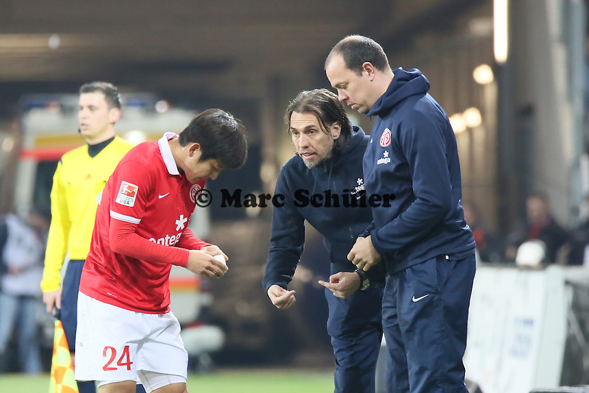 Trainer Martin Schmidt (Mainz)  mit Joo-Ho Park - 1. FSV Mainz 05 vs. Borussia Moenchengladbach, Coface Arena