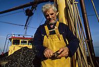 Europe/Pays-Bas/Hollande/Yerseke : Le port myticole de Yerseke - Pêcheur ouvrant une moule