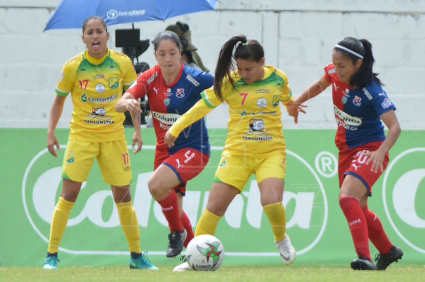 MEDELLIN - COLOMBIA, 15-09-2019: Diana Ospina y Naila Imbachi del Medellín disputan el balón con Carolina Arias y Cinthia Zarabia de Huila durante partido por la semifinal vuelta entre Deportivo Independiente Medellín y Atlético Huila como parte de la Liga Femenina Águila 2019 jugado en el estadio Polideportivo Sur de la ciudad de Medellín. / Diana Ospina y Naila Imbachi of Medellin vies for the ball with Carolina Arias and Cinthia Zarabia of Huila during atch for the date 3 between Deportivo Independiente Medellin and Atletico Huila as part Aguila Women League 2019 played at Polideportivo Sur stadium in Medellin city. Photo: VizzorImage / Leon Monsalve / Cont