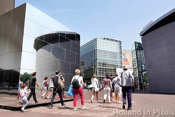 Nederland - Amsterdam - 2018.  Toeristen lopen naar het van Gogh Museum.   Foto Berlinda van Dam / Hollandse Hoogte.