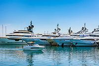 Frankreich, Provence-Alpes-Côte d'Azur, Mandelieu-la-Napoule: Yachthafen - David gegen Goliath | France, Provence-Alpes-Côte d'Azur, Mandelieu-la-Napoule: marina