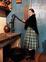 Nederland Katwijk  2016.  Meisje in klederdracht uit Katwijk staat in het vissershuisje in het Katwijks Museum. Het Katwijks Museum ligt in het centrum van het oude vissersdorp en is gehuisvest in een voormalige rederswoning. Foto Berlinda van Dam / Hollandse Hoogte