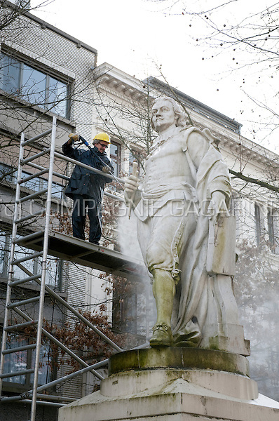 The city cleaning services cleaning the statue of Jacob Jordaens (Belgium, 03/05/2009)