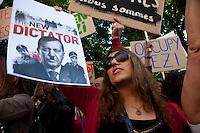 turchi manifestano , a Parigi,a favore delle proteste in Turchia contro Erdogan 3 giugno 2013 donna con manifesto paragonante Erdogan a Hitler