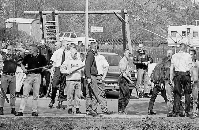 Etwa 200 Mitglieder und Sympathiesanten den Jungen Nationaldemokraten / Nationaldemokratischen Partei Deutschland (JN/NPD) besetzten in Hannoversch-Muenden eine 1. Mai-Kundgebung des oertlichen DGB-Verbandes. Danach zogen sie poebelnd und pruegelnd durch die Stadt, bis Einwohner und eine Gruppe Antifaschisten gegen sie aktiv wurden.<br /> Hier: Die Neonazis bhaben sich mit Zaunlatten bewaffnet. Die Polizei nahm sie kurze Zeit spaeter fest.<br /> 1.5.1997, Hannoversch-Muenden<br /> Copyright: Christian-Ditsch.de<br /> [Inhaltsveraendernde Manipulation des Fotos nur nach ausdruecklicher Genehmigung des Fotografen. Vereinbarungen ueber Abtretung von Persoenlichkeitsrechten/Model Release der abgebildeten Person/Personen liegen nicht vor. NO MODEL RELEASE! Nur fuer Redaktionelle Zwecke. Don't publish without copyright Christian-Ditsch.de, Veroeffentlichung nur mit Fotografennennung, sowie gegen Honorar, MwSt. und Beleg. Konto: I N G - D i B a, IBAN DE58500105175400192269, BIC INGDDEFFXXX, Kontakt: post@christian-ditsch.de<br /> Bei der Bearbeitung der Dateiinformationen darf die Urheberkennzeichnung in den EXIF- und  IPTC-Daten nicht entfernt werden, diese sind in digitalen Medien nach &sect;95c UrhG rechtlich geschuetzt. Der Urhebervermerk wird gemaess &sect;13 UrhG verlangt.]
