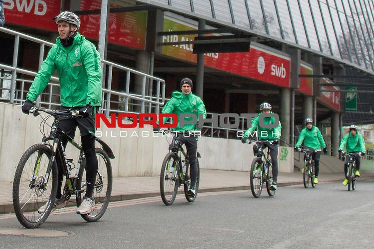 20.03.2016, Trainingsgelaende, Bremen, GER, 1.FBL, Training Werder Bremen<br /> <br /> im Bild<br /> Felix Wiedwald (Bremen #42), Fin Bartels (Bremen #22),  Maximilian Eggestein (Bremen #35), Levin &Ouml;ztunali / Oeztunali (Bremen #11), Leon Guwara (Bremen #29) bei Radtour nach dem Spiel, <br /> <br /> Foto &copy; nordphoto / Ewert
