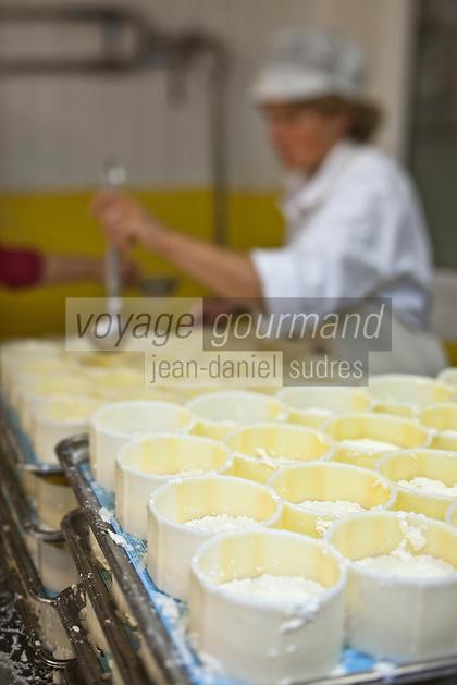 Europe/France/Midi-Pyrénées/12/Aveyron/Curières: Fromagerie: L'Ecir en Aubrac - Fabrication artisanale de fromages au lait cru. L'Ecir en Aubrac et Tome le Buronnier