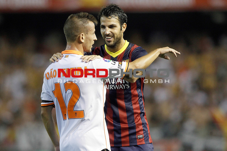 Valencia's Joao Pereira (l) and FC Barcelona's Cesc Fabregas during La Liga match.September 1,2013. Foto © nph / Acero)