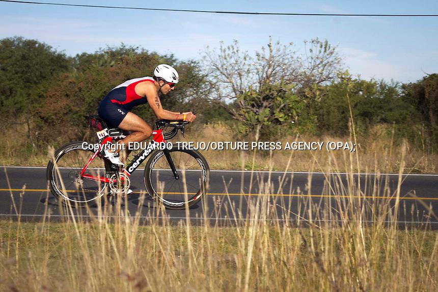 San Juan del R&iacute;o, Qro. 09 noviembre 2014.- Compiten m&aacute;s de 600 atl&eacute;tas durante la 29 edici&oacute;n del triatl&oacute;n de San Gil, y primera edici&oacute;n corta 25-75 Sprint en este lugar.<br /> <br /> Como ya es una tradici&oacute;n, el triatl&oacute;n se realiza en el lago artificial dentro del Fraccionamiento San Gil y la ruta ciclista se lleva a cabo en la carretera Galindo-Amealco, para despu&eacute;s cerrar a pie en el circuito habilitado dentro del fraccionamiento.<br /> En esta competencia participaron deportistas desde los 14 a&ntilde;os hasta los 65, con atl&eacute;tas de casi todos los estados de la Rep&uacute;blica Mexicana as&iacute; como de Brasil, Argentina y Venezuela, inform&oacute; Claudia Nava, subdirectora del evento.<br /> Foto Eduardo Trejo/Obture Press Agency