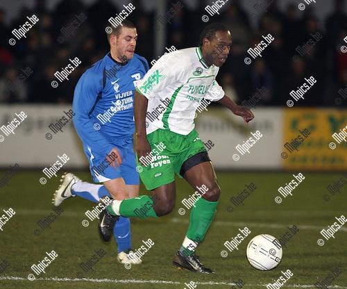 2008-02-16 / Voetbal / Dessel Sport - KV Turnhout / Dwight Eind (Dessel) wordt achterna gezeten door Mattis Persoons...Foto: Maarten Straetemans (SMB)