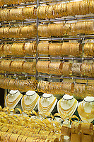 United Arab Emirates, Dubai: Jewellery shop window display in the Gold Souk | Vereinigte Arabische Emirate, Dubai: Juweliergeschaeft im The Gold Souk