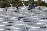 Foto: VidiPhoto<br /> <br /> ARNHEM &ndash; Installateurs van energiespecialist SolarArt uit Woerden, installeren woensdag 727 zonnepanelen op het dak van de Safaristallen van Burgers&rsquo; Zoo. De Arnhemse dierentuin loopt in de dierenparkwereld voorop als het gaat om het opwekken van schone energie en duurzaam ondernemen. Zo ontvangt het park jaarlijks goud van het internationale keurmerk Green Key voor duurzame bedrijven. Met de zonnepanelen wordt 175.000 kWh per jaar opgewekt, genoeg om de gloednieuwe Mangrovehal van stroom te kunnen voorzien.