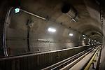 ROTTERDAM - Deze week wordt één van de diepste metrostation van Nederland bouwkundig opgeleverd, randstadrailstation Blijdorp. Het twintig meter diepe, door architect Maarten Struijs ontworpen station is van boven af nauwelijks zichtbaar is, maar kent uitgekiende lichtschachten waardoor het zonlicht beneden op de rails schijnt. Het station is onderdeel van de bijna drie kilometer lange Statentunnel, die loopt vanaf het Sint Franciscus Gasthuis naast de snelweg A20, via station Blijdorp naar het Centraal Station Rotterdam. Het is de eerst geboorde tramtunnel van Nederland die ook nog eens zonder veel problemen onder de stad is aangelegd. De tunnel en het station zijn gebouwd door Combinatie Saturn die bestaat uit Dura Vermeer Groep en Ed. Züblin en zal het derde kwartaal in gebruik genomen worden. COPYRIGHT TON BORSBOOM