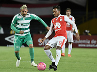 BOGOTÁ - COLOMBIA, 20-10-2018: Victor Giraldo (Der.) jugador de Santa Fe disputa el balón con Matias Mier (Izq.) jugador de Equidad durante el encuentro entre Independiente Santa Fe y La Equidad por la fecha 16 de la Liga Águila II 2018 jugado en el estadio Nemesio Camacho El Campin de la ciudad de Bogotá. / Victor Giraldo (R) player of Santa Fe struggles for the ball with Matias Mier (L) player of Equidad during match between Independiente Santa Fe and La Equidad for the date 16 of the Aguila League II 2018 played at the Nemesio Camacho El Campin Stadium in Bogota city. Photo: VizzorImage / Gabriel Aponte / Staff