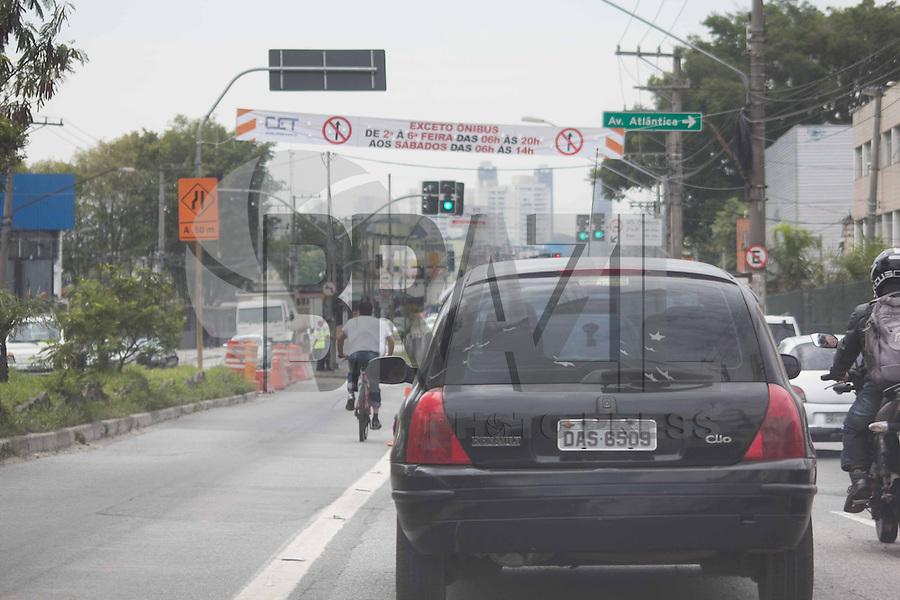 SAO PAULO, sp - 07.10.2014 - TRANSITO ZONA SUL - A Avenida do Guarapiranga sofre interdição de segunda a sexta-feira devido a obras de reforma dos corredores de ônibus e faixas reversíveis. O trânsito foi fechado no sentido Santo Amaro e foi afetado na manhã desta terça-feira (07), onde os motoristas tiveram que utilizar vias alternativas para completar suas viagens.<br /> (Foto: Fabricio bomjardim / Brazil Photo Press)