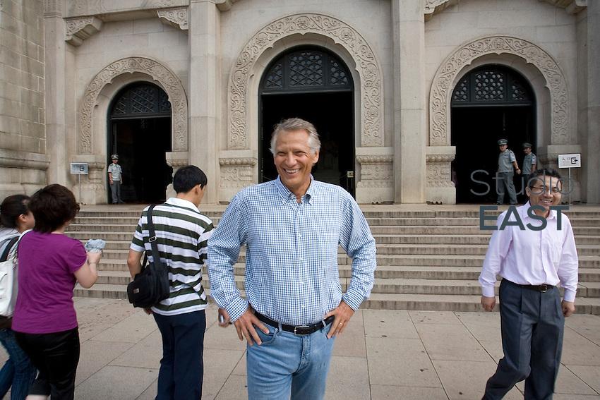 Ayant tombé la veste, Villepin a gravi l'escalier à la course et est arrivé le premier au mausolée de Sun Yat-Sen, Nankin, sur la montagne pourpre, Nankin, province du Jiangsu, Chine, le 3 septembre 2009. Photo : Lucas Schifres/Pictobank
