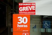 SÃO PAULO,SP, 06.10.2015 - GREVE-BANCÁRIOS - Agências bancárias amanheceram com cartazes informando a greve da categoria na avenida Paulista região centro-sul da cidade de São Paulo, nesta terça- feira (06). Os trabalhadores entraram em greve hoje por tempo indeterminado. Eles pedem reajuste salarial de 16% com piso de R$ 3.299,66, contra os 5,5%, com piso variável de R$ 1.321,26 a R$ 2.560,23, oferecido pela Federação Brasileira de Bancos (Febraban). (Foto:Gabriel Soares/Brazil Photo Press)