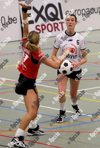 2010-01-23 / Korfbal / Europacup 2010 finale / Boeckenberg - DOS'46 / Sara Goossens met een Nederlandse verdedigster voor haar..Foto: mpics