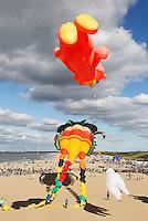 Nederland Scheveningen 2015 09 27.  Vliegerfestival in Scheveningen met de grootste vlieger ter wereld ; de Trilobyte