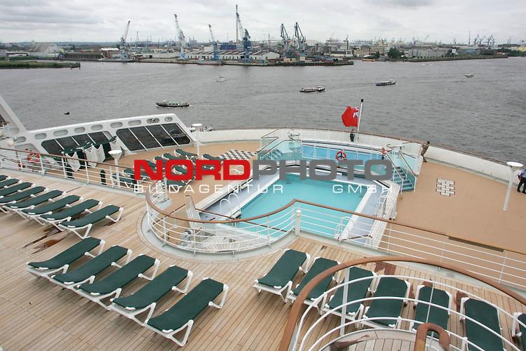Queen Mary 2 in Hamburg<br /> Blick von Deck 12 auf den Swimmingpool am Heck der &quot;QM2&quot; - im Hintergrund der Hafen.<br /> <br /> Foto &copy; nordphoto / Volker Sarbach<br />  *** Local Caption *** Foto ist honorarpflichtig! zzgl. gesetzl. MwSt.<br />  Belegexemplar erforderlich<br /> Adresse: nordphoto<br /> Georg-Reinke-Strasse 1<br /> 49377 Vechta