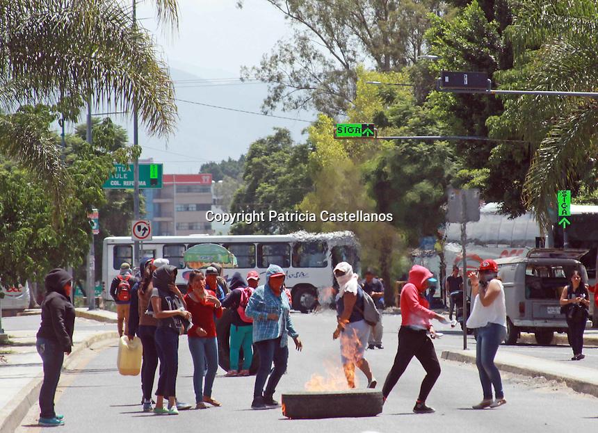 """Oaxaca de Juárez, Oax. 09/09/2016.- En el marco de sus actividades adheridas a la """"Jornada de Lucha"""" de la sección 22 de la Coordinadora Nacional de Trabajadores de la Educación (CNTE) en contra de la """"Reforma Educativa"""", así como parte de su plan de acción en exigencia de plazas automáticas para laborar como docentes, integrantes de la Coordinadora Estudiantil Normalista del Estado de Oaxaca (CENEO) bloquearon el crucero de la Ex Volkswagen con poco más de 10 unidades de trasporte público, ocasionado un tráfico que afecto a gran parte de la ciudadanía, ya que este arteria vial es una de las más transitadas en la zona norte de la capital oaxaqueña."""