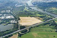 Gewerbegebiet Neuland 23: EUROPA, DEUTSCHLAND, HAMBURG, (EUROPE, GERMANY), 02.09.2017 Gewerbegebiet Neuland 23. <br /> Schonende Beleuchtung, einen hoher Grünanteil und die Nutzung regenerativerer Energien in Gewerbegebietsentwicklung zu integrieren, sind der städtebauliche Beitrag zu den Klimaschutzzielen des Senats. Das Projekt Neuland 23 wird als eines von 19 Klima-Modell-Quartieren in Hamburg geplant. Mit kühlenden Gründächern, einem integrierten Regenwasser- und Energiemanagement und Fotovoltaik-Anlagen wird die 27 Hektar große Fläche zu einem energie- und klimaeffizienten Gewerbegebiet entwickelt. <br /> Nachhaltige Hafenlogistik und Klima-Modell-Quartier<br /> Um Hamburgs Gewerbeflächenpotential in Hafennähe auszubauen und als internationales Kompetenzzentrum für Logistik zu stärken, sollen an der A1-Anschlussstelle 23 in Harburg Flächen bereitgestellt und das Ansiedlungsmanagement optimiert werden. Das Gebiet Neuland 23 westlich der Bundesautobahn soll für die Nutzung von Logistikbetrieben hergerichtet werden. Da es sich bei dem Plangebiet um ein Klima-Modell-Quartier handelt, wird die Industriegebietsfläche durch die Begrünung der Dächer und reduzierte Beleuchtung in das Landschaftsbild integriert. Etwa 90 Prozent der Dachflächen sind Gründächer, die mit ihrer natürlichen Verdunstungskühle den Energiebedarf der Gebäude senken und das Lokalklima günstig beeinflussen. Als CO2-einsparende und nachhaltige Maßnahmen ergänzen die Gewinnung von Solarenergie und ein klimabegünstigendes Be- und Entwässerungssystem die Projektumsetzung.