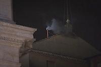 La fumata bianca che annucia l'elezione di papa Francesco. Secondo giorno di coclave. Papa Francesco viene eletto come successore di San Pietro Marzo 14, 2013. Photo: Adamo Di Loreto/BuenaVista*photo