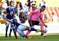 BOGOTÁ - COLOMBIA, 22-07-2018: Jhon Duque (Izq.) jugador de Millonarios disputa el balón con Diego Valdés (Der.) jugador de Boyacá Chicó F. C., durante partido de la fecha 1 entre Millonarios y Boyacá Chicó F. C., por la Liga Aguila II-2018, jugado en el estadio Nemesio Camacho El Campin de la ciudad de Bogota. / Jhon Duque (L) player of Millonarios vies for the ball with Diego Valdes (R) player of Boyaca Chico F. C., during a match of the 1st date between Millonarios and Boyaca Chico F. C., for the Liga Aguila II-2018 played at the Nemesio Camacho El Campin Stadium in Bogota city, Photo: VizzorImage / Luis Ramirez / Staff.