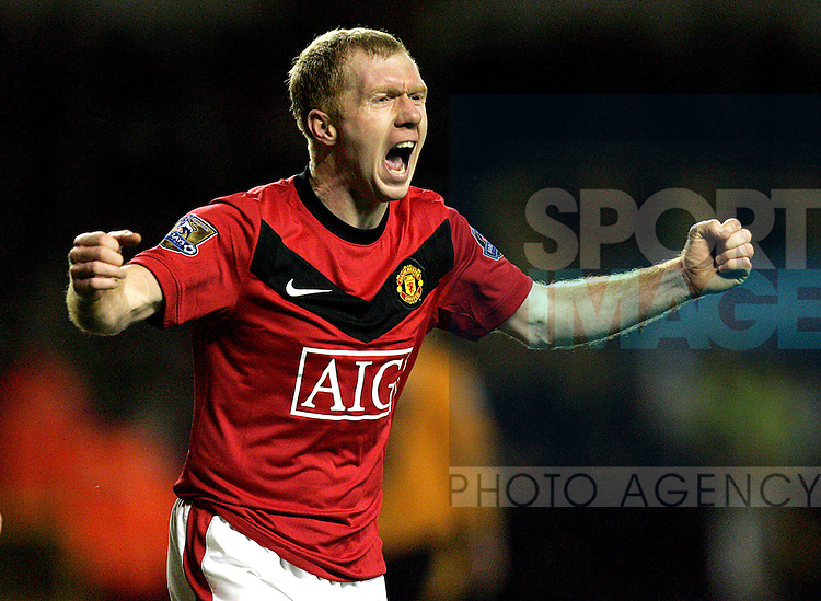 Paul Scholes of Manchester United celebrates scoring his side's first goal