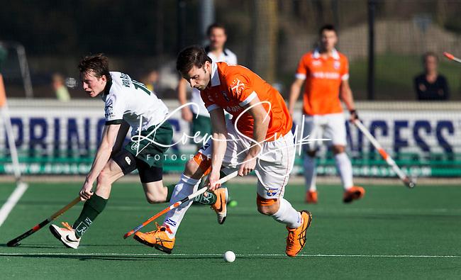BLOEMENDAAL - Hockey - Rogier Hofman (r) van Bloemendaal in duel met Rotterdam speler Seve van Ass  tijdens de competitiewedstrijd tussen de mannen van Bloemendaal en Rotterdam (3-1) . FOTO KOEN SUYK