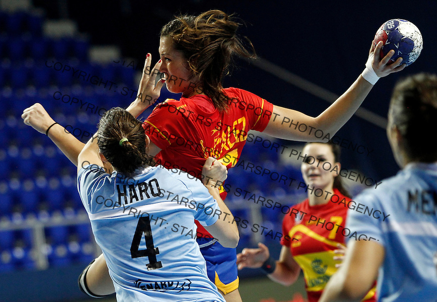 SERBIA, ZRENJANIN: Spainís Elisabeth Chavez (C) vies with Argentina's Lucia Haro (L) during their Women's Handball World Championship 2013 match Spain vs Argentina on December 10, 2013 in Zrenjanin.  AFP PHOTO / PEDJA MILOSAVLJEVIC