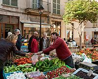 Spanien, Mallorca, Sineu: jeden Mittwoch ist der Markt Anziehungspunkt fuer Einheimische und Touristen | Spain, Mallorca, Sineu: every Wednesday the market attracts locals and tourists