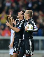 FUSSBALL   CHAMPIONS LEAGUE   SAISON 2012/2013   GRUPPENPHASE   FC Bayern Muenchen - LOSC Lille                          07.11.2012 JUBEL FC Bayern; Torschuetze Claudio Pizarro (li) und Arjen Robben