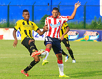 FLORIDABLANCA - COLOMBIA 05 -04-2015: Jeison Palacios (Izq.) jugador de Alianza Petrolera disputa el balón con Felix Noguera (Der.) jugador de Atletico Junior, durante partido entre Alianza Petrolera y Atletico Junior, por la fecha 13 de la Liga Aguila I-2015, jugado en el estadio Alvaro Gomez Hurtado de la ciudad de Floridablanca. / Jeison Palacios (L) player of Alianza Petrolera vies for the ball with Felix Noguera (R) player of Atletico Junior, during a match between Alianza Petrolera and Atletico Junior, for the date 13 of the Liga Aguila I-2015 at the Alvaro Gomez Hurtado Stadium in Floridablanca city, Photo: VizzorImage  / Duncan Bustamante / Str.