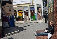 Berlin, Berliner Mauerstuecke mit Bilder von Libyens Muammar al-Gaddafi, Syriens Baschar al-Assad (v.l.), Zimbabwe Robert Mugabe, North Koreas Kim Jong-Il, Sudans Omar Al-Bashir, Chads Idriss Deby und Irans Mahmoud Ahmadinejad, am Dienstag (23.04.2013) in Berlin, Deutschland..