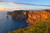 Ireland, County Clare, near Liscannor: The Cliffs of Moher at sunset | Irland, County Clare, bei Liscannor: The Cliffs of Moher bei Sonnenuntergang