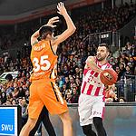 05.01.2020, ratiopharm arena, Neu-Ulm, GER, BBL, ratiopharm ulm vs Telekom Baskets Bonn, <br /> im Bild Derek Willis (Ulm, #35) kann Zuspiel durch Bojan Subotic (Bonn, #7) nicht verhindern<br />   <br /> Foto © nordphoto / Hafner
