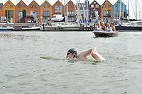 ZWEMMEN: MEDEMBLIK-STAVOREN: Jorrit Broertjes en Matthijs van Dam hebben het IJsselmeer overgezwemmen. Hiermee hebben ze geld ingezameld voor kankeronderzoek van het Antoni van Leeuwenhoek ziekenhuis in Amsterdam. http://www.zwemmentegenkanker.nl, ©foto Martin de Jong