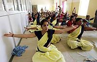 IND63 BHOPAL (INDIA) 21/06/2017.- Presas de la Cárcel Central practican yoga para celebrar el Día Internacional del Yoga en Bhopal (India) hoy, 21 de junio de 2017. Las Naciones Unidas declararon el 21 de junio como Día Internacional del Yoga tras aprobar una resolución propuesta por el gobierno del primer ministro indio Narendra Modi. EFE/Sanjeev Gupta