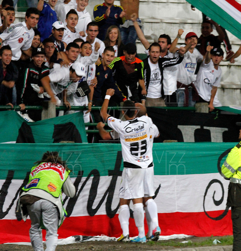 MANIZALES -COLOMBIA, 19-06-2013. Edwards Jiménez de Once Caldas celebra un gol en contra del Deportivo Cali durante partido de los cuadrangulares finales, fecha 2, de la Liga Postobón 2013-1 jugado en el estadio Palogrande de la ciudad de Manizales./ Once Caldas' player Edwards Jimenez celebrates a goal against Deportivo Cali during match of the final quadrangular 2th date of Postobon  League 2013-1 at Palogrande stadium in Manizales city. Photo: VizzorImage/JJ Bonilla/STR