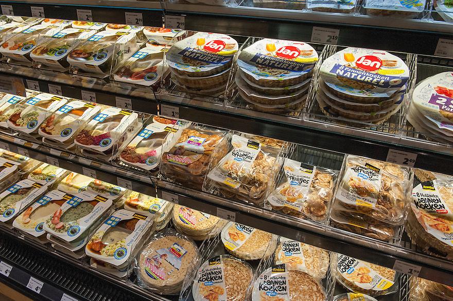 Nederland, Breda, 27 maart 2013.Opening Jumbo Supermarkt..Jumbo heeft vandaag in Breda de deuren geopend van een nieuw supermarktconcept in Nederland: Jumbo Foodmarkt. Met 6.000 vierkante meter vloeroppervlakte - gemiddeld zes keer groter dan de gemiddelde supermarkt - wordt boodschappen doen hier een belevenis. .Kant en klaarproducten..Foto(c): Michiel Wijnbergh